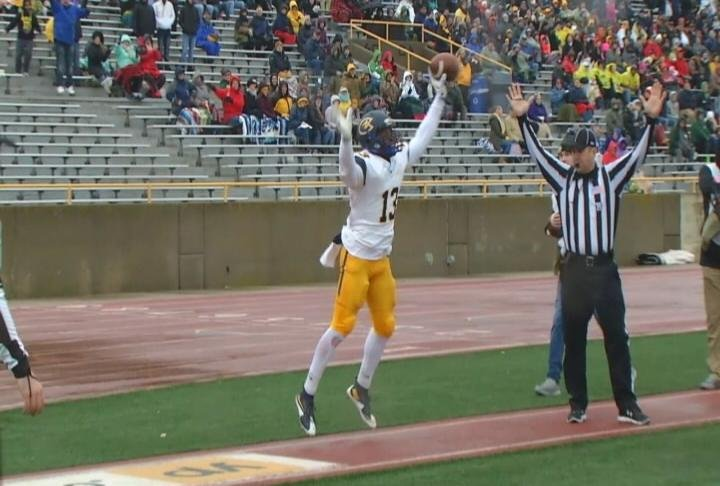 LeeShaun Evans scores a TD for the Blugolds in Oshkosh