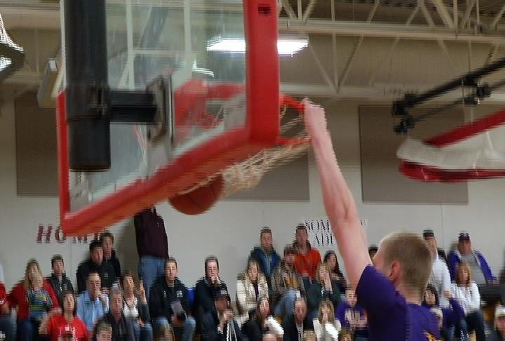 Durand's Colton Berger dunks as the Panthers clinch the MBC title with a win at Somerset