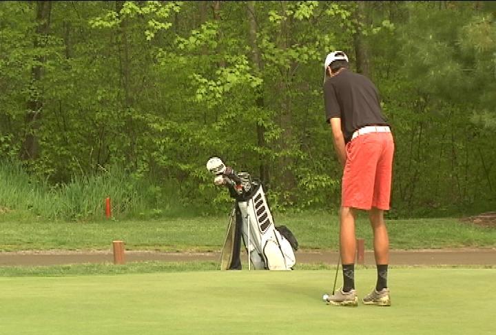 Altoona's Grant Curtis lines up a birdie putt